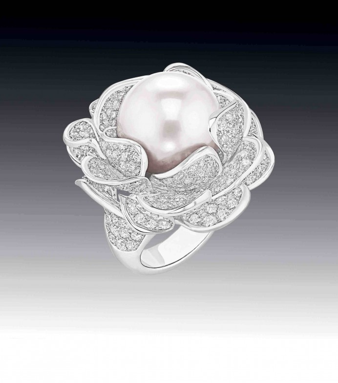 Chanel Fine Jewellery Extraordinaires camelia corolle blanche ring